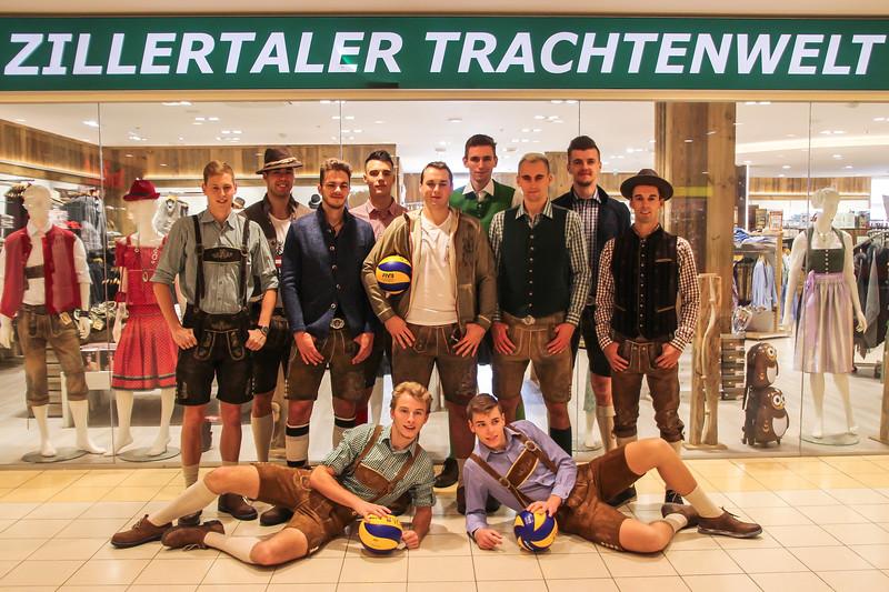 SG VCA Amstetten NÖ goes Zillertaler Trachtenwelt - Fotoshooting mit der Bundesligamannschaft im City Center Amstetten - Bild zeigt: SG VCA Amstetten NÖ - Credit: Peter Maurer