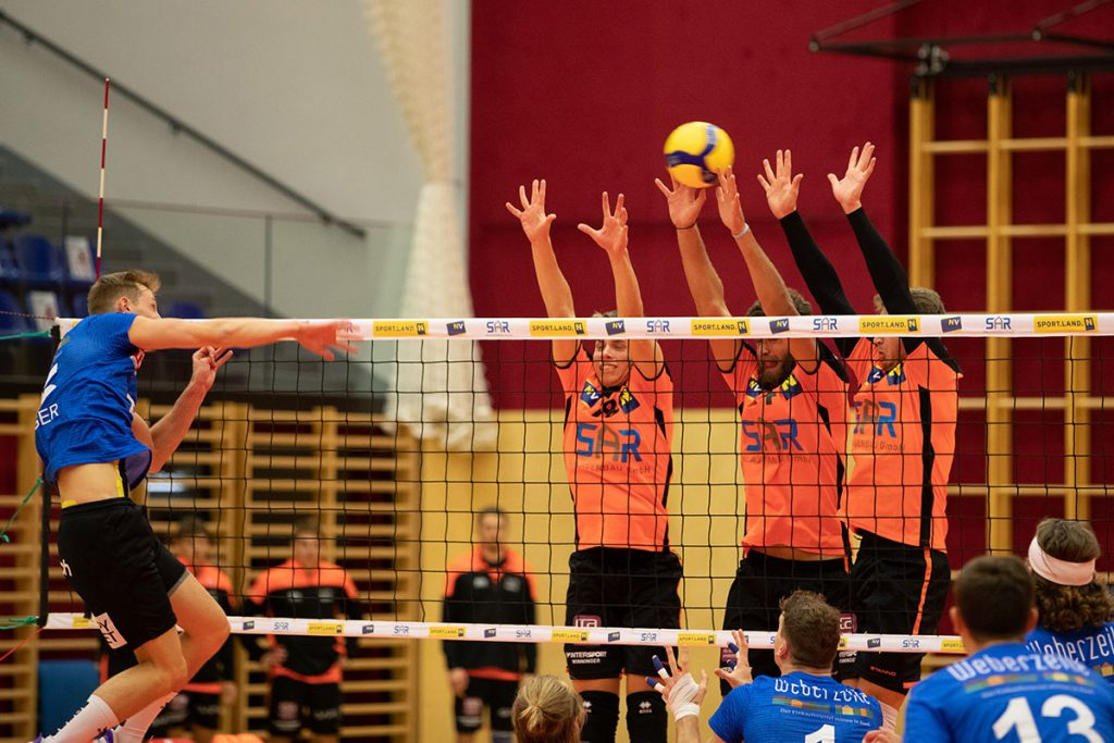 AMSTETTEN,AUSTRIA,26.SEP.19 - AVL, Austrian Volley League, VCA Amstetten vs UVC Ried. Image shows Niklas Etlinger (Ried), Jan Niklas Zaller, Paraskevas Tselios and Peter Blazsovics (Amstetten). Photo: GEPA pictures/ Manuel Binder